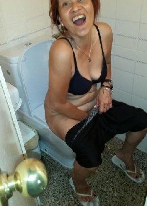 Девчонок подстерегли в туалете, сфотографировали и выложили в сеть - фото 1
