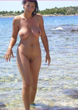 Секси куколка Марианна позирует для нас голой на пляже - фото 11