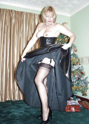 Попросила сфотографировать ее под елкой, а сама надела откровенные наряды - фото 17