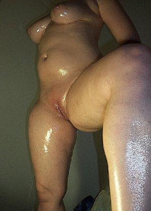 Домашние извращенки обмазались маслом и фотографируются на кровати - фото 39
