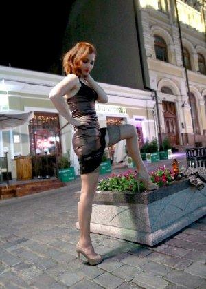 Роскошные женщины в деловых костюмах стоят в неприличных позах - фото 44
