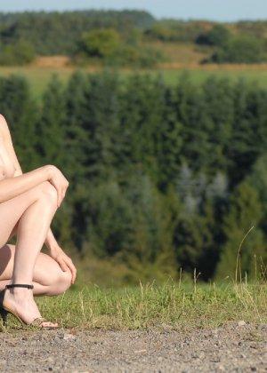 Девушка обнаженной вышла в поле ради отличных снимков - фото 4