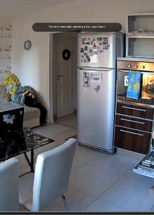 Спрятанная камера постоянно снимает дом и находящихся в нем парней и девушек - фото 67
