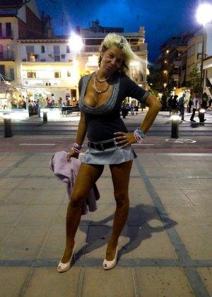 Роскошные женщины в деловых костюмах стоят в неприличных позах - фото 20