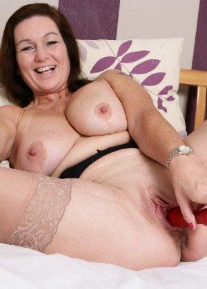 Зрелая британская женщина на все готова в постели - фото 27