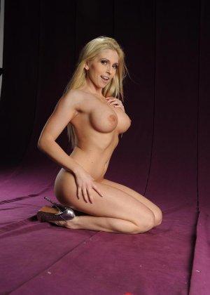 Голая блондинка в розовом купальнике показывает грудь - фото 15