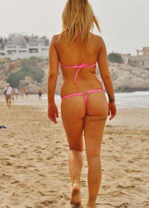 Блондинка на пляже в розовом купальнике раздевается - фото 1