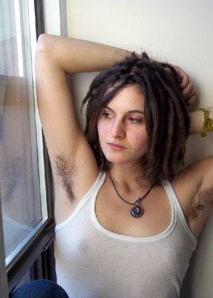 Волосатая хипстерша Яна с дредами не бреет подмышки и киску - фото 48