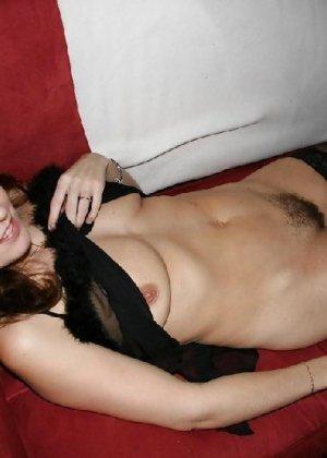 Сексуальная зрелая женщина открывает вид  на все свои дырочки - фото 18