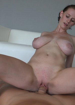 Красавица, с немножко обвисшей грудью, занимается сексом - фото 25