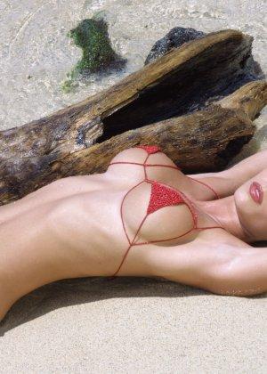 Красивая девушка в мини бикини - фото 9