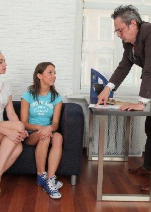 Преподавая, профессор анально и вагинально наказал двух студенток - фото 2