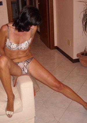 Длинноногая зрелая женщина любит секс после минета - фото 21