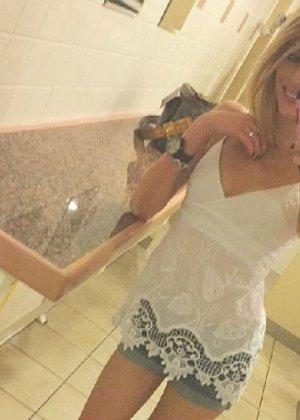 Горячая, худенькая блондинка фоткает себя в зеркало - фото 1- фото 1- фото 1