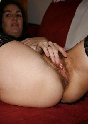 Сексуальная зрелая женщина открывает вид  на все свои дырочки - фото 14