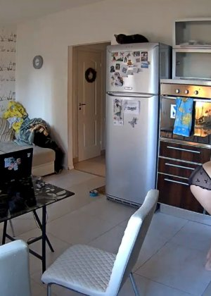 Спрятанная камера постоянно снимает дом и находящихся в нем парней и девушек - фото 58