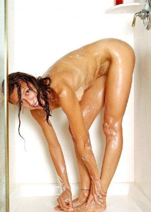 Стройная и зрелая женщина Александра купается в душе - фото 43