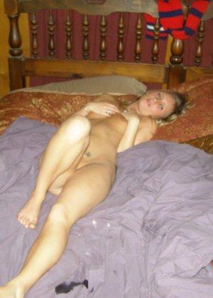 Еще одна блондинка, которая любит сосать и позировать голой - фото 23