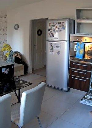 Спрятанная камера постоянно снимает дом и находящихся в нем парней и девушек - фото 69