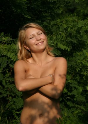 Девушка снимается раздетой в лесу, а потом дома отсасывает фотографу - фото 28