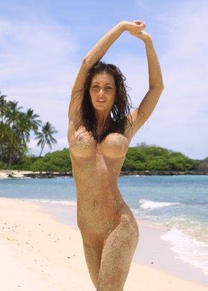 Голая модель в бикини - фото 15