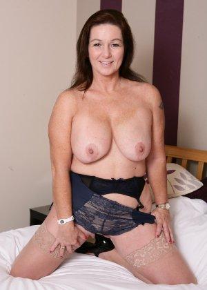 Зрелая британская женщина на все готова в постели - фото 9