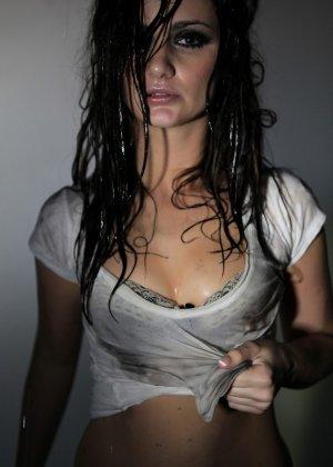 Эротичная Лили Картер в мокрой майке - фото 15