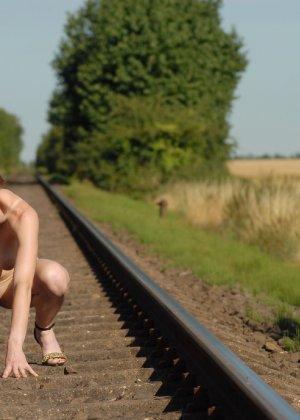 Девушка обнаженной вышла в поле ради отличных снимков - фото 22
