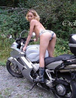 Девка фоткается голой на мотоцикле среди зелени - фото 15