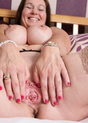 Зрелая британская женщина на все готова в постели - фото 16