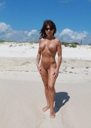 Горячая модель в зрелом возрасте позирует на пляже - фото 9