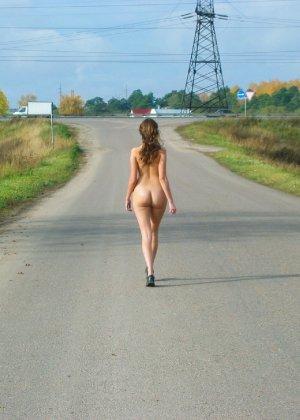 Русская девчонка Оля не стесняется голых фоток на улице - фото 7