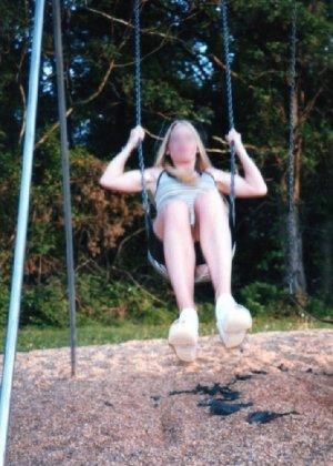 Девчата катаются без трусиков на горках во дворе и сверкают кисками - фото 4