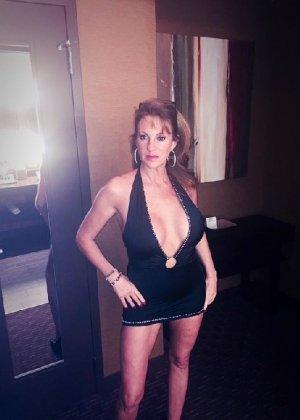Роскошные женщины в деловых костюмах стоят в неприличных позах - фото 36