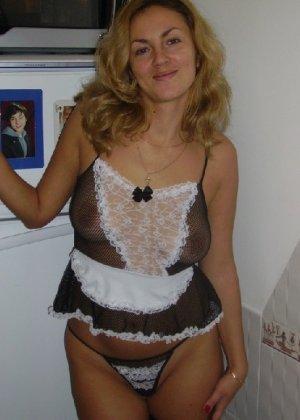 Красивая зрелая служанка была запечатлена в откровенном наряде - фото 6