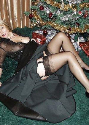 Попросила сфотографировать ее под елкой, а сама надела откровенные наряды - фото 18