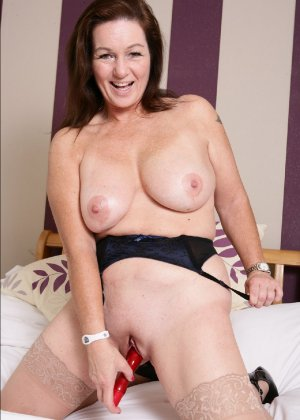 Зрелая британская женщина на все готова в постели - фото 35