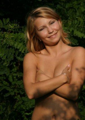 Девушка снимается раздетой в лесу, а потом дома отсасывает фотографу - фото 27