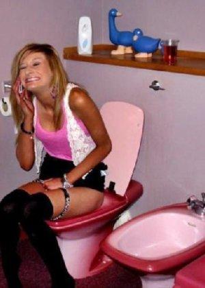 Девчонок подстерегли в туалете, сфотографировали и выложили в сеть - фото 53