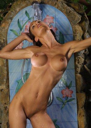 Джессика принимает публичный душ - фото 8