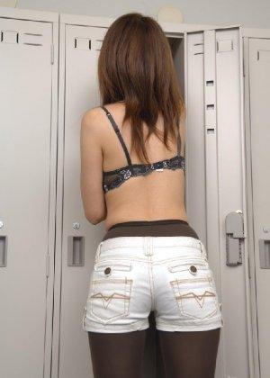 Рыженькая азиатка переодевается в более строгую одежду - фото 7
