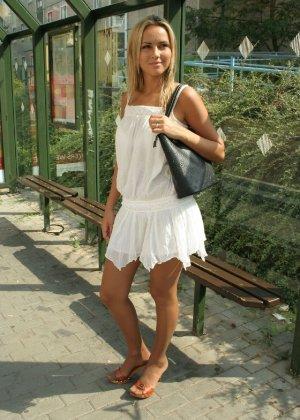 Горячую блондинку везде фотографировали в дворике - фото 3