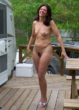Супружеская пара сфотографировалась голой на заднем дворе дома - фото 2