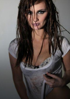 Эротичная Лили Картер в мокрой майке - фото 2