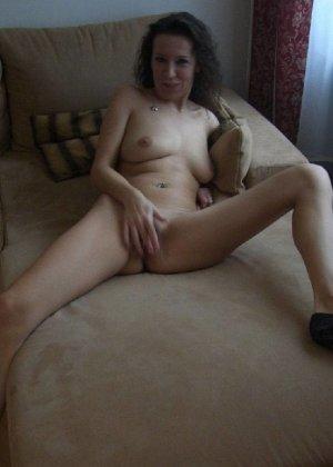 Немецкая шлюшка Кристина сняла с себя все и призывно ждет на диване - фото 14
