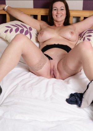 Зрелая британская женщина на все готова в постели - фото 13