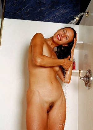 Стройная и зрелая женщина Александра купается в душе - фото 4