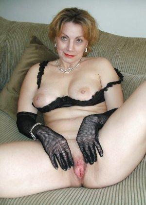 Зрелая женщина выставляет на показ свои прелести в эротическом белье - фото 55