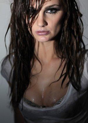 Эротичная Лили Картер в мокрой майке - фото 9