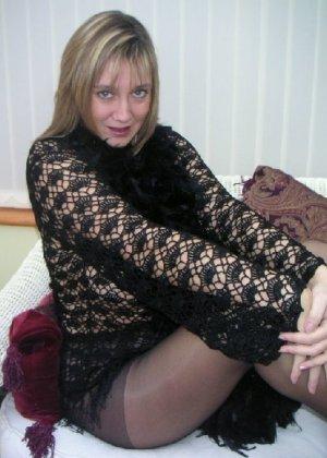 Зрелая дама с большой натуральной грудью откровенно сидит на кресле - фото 15
